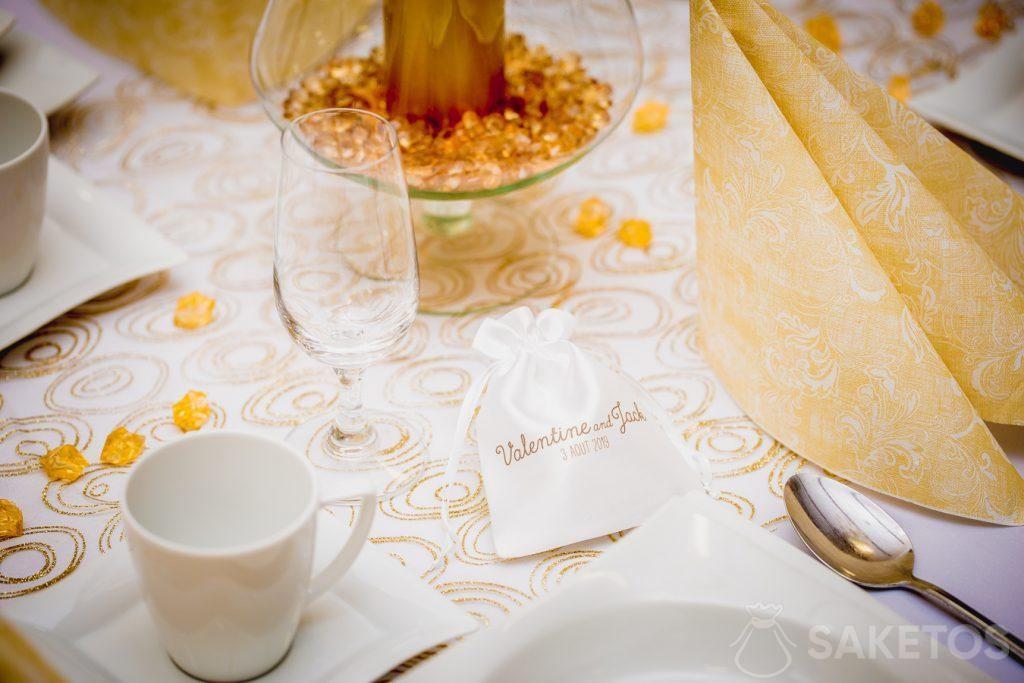 2.Un sachet en satin imprimé comme remerciement aux invités de mariage