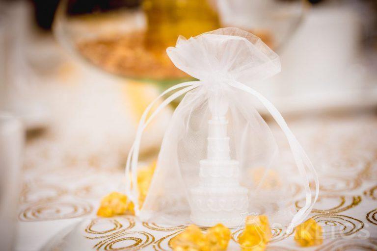 4.Les éléments ornementaux de la décoration de table enfouis dans les sachets en organdi