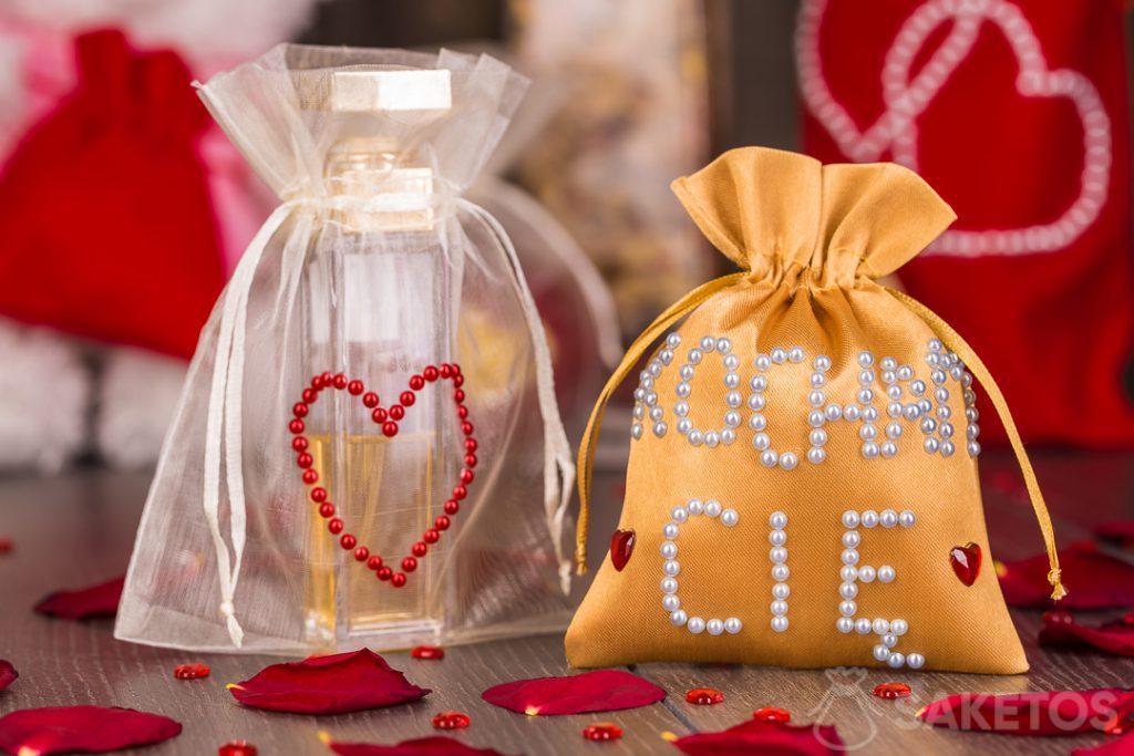 Les sacs de matériaux peuvent être décorés à la main avec des perles et des jets