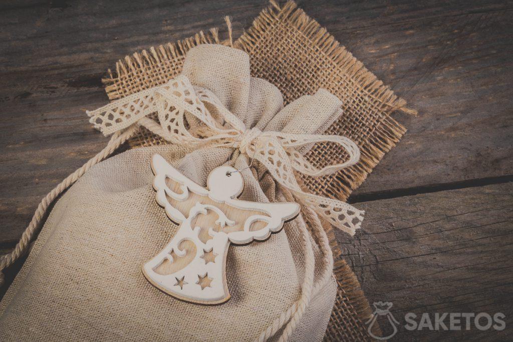 Sac en lin attaché par un ruban décoratif avec un noeud et un pendentif décoratif
