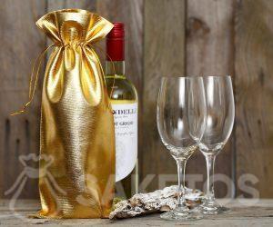 Une bouteille de vin enveloppée dans un sac métallique doré