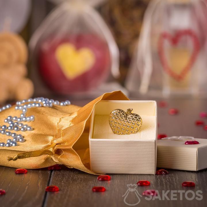 La bijouterie dans l'emballage cadeau réalisé avec un sachet en satin doré