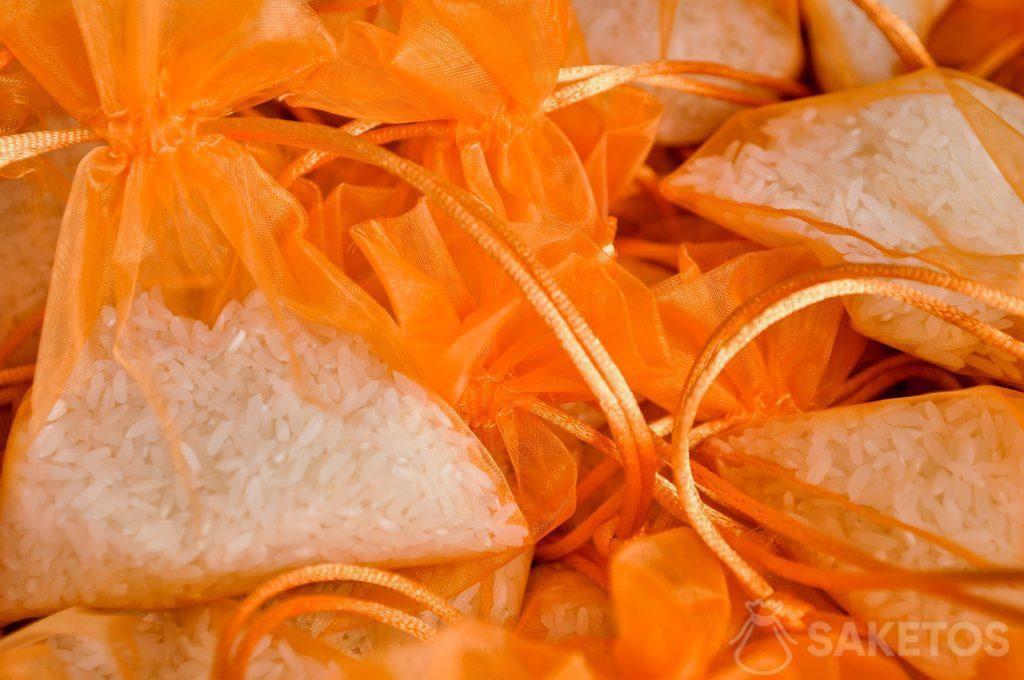 2.Les sachets en organdi orange remplis du ris