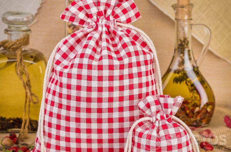 1.Les sachets en lin tendance à carreaux rouges sont une excellente décoration du plateau de cuisine ou de l'étagère
