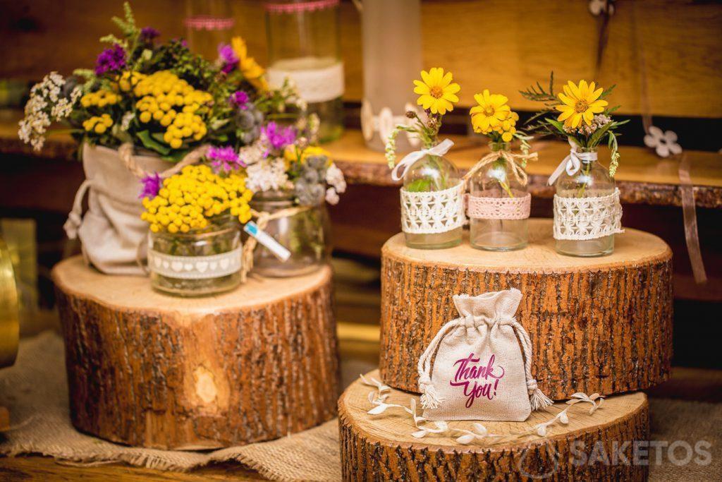 Sacs en lin comme décoration de pots de fleurs et emballage pour cadeaux pour les invités au mariage