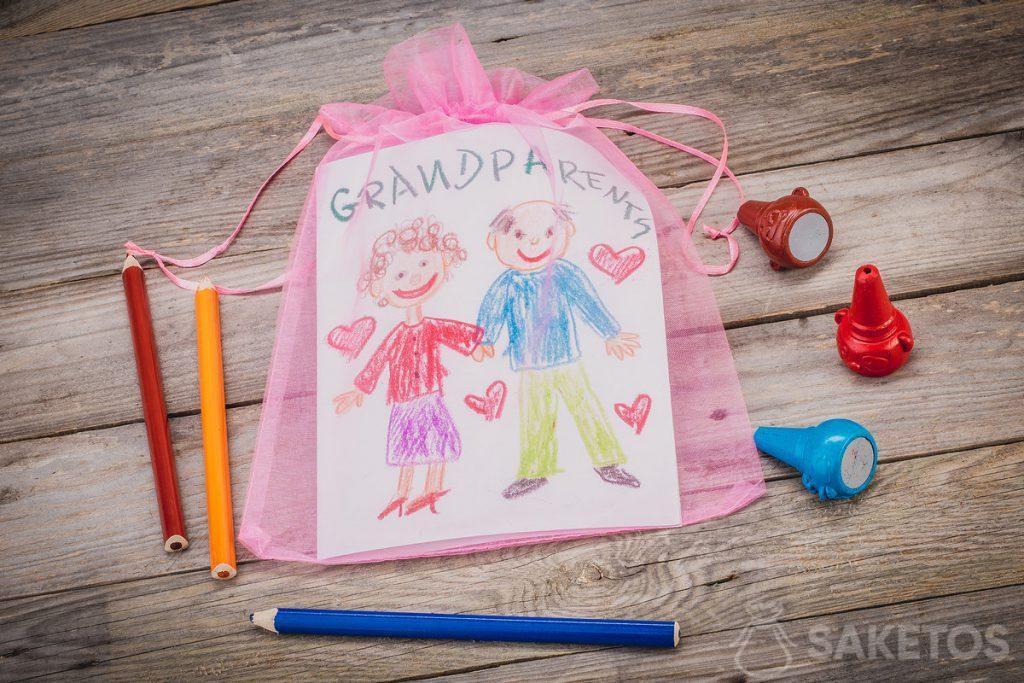 Cadeau - une carte de voeux pour les grands-parents emballée dans un sac en organza