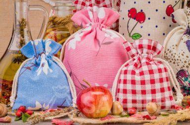 1. Les sachets en lin avec les impressions coloriées pour les décorations de votre maison Un sachet en organdi forme un emballage élégant de la bougie