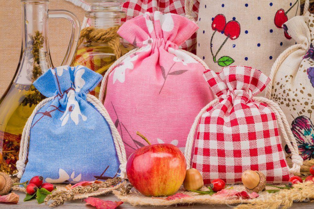 1.Les sachets en lin avec les impressions coloriées pour les décorations de votre maison Un sachet en organdi forme un emballage élégant de la bougie