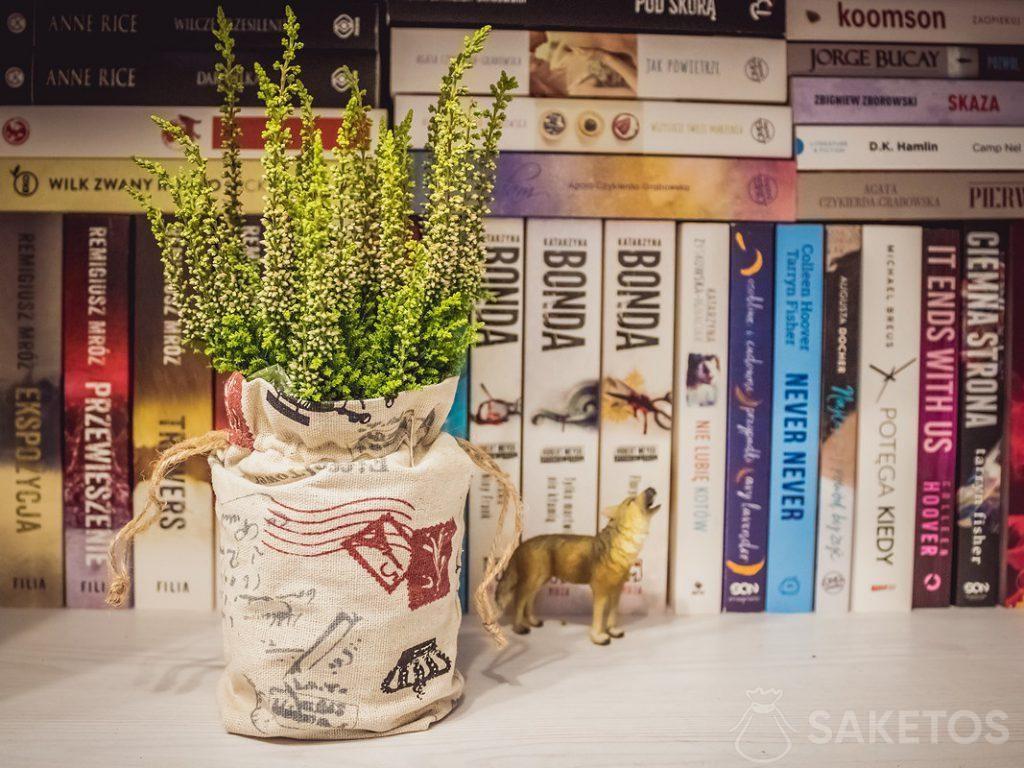 6.Les bourses en lin en tant que décoration des pots à fleurs et emballage cadeau pour les invités de mariage
