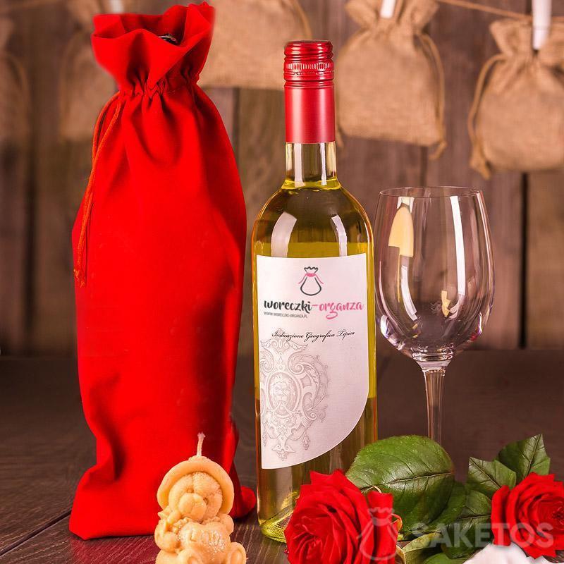 7.Un sachet bouteille en velours rouge 16x 37 cm.