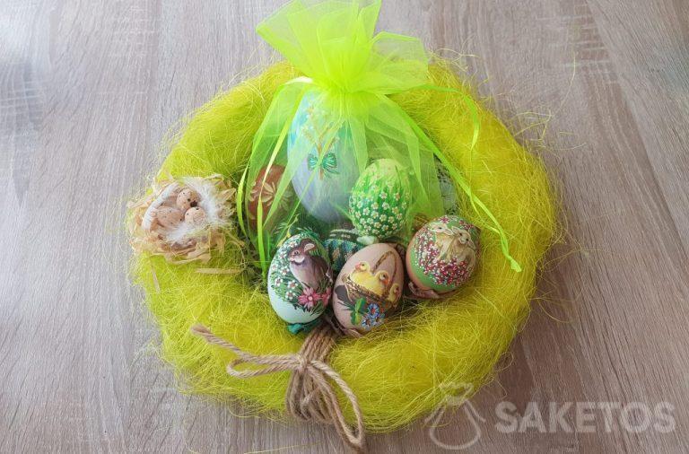 Oeufs de Pâques peints à la main dans des sacs en organza vert fluo.