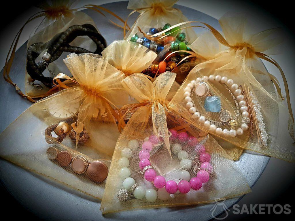 Les sachets en organdi protégent vos bijoux pendant le voyage!