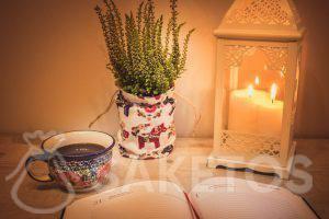 1.La table avec une lanterne décorative et un sac en lin servant d'un cache-pot de fleurs