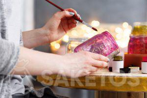 5.Les décorations créatives pour la maison- vous pouvez faire vous-mêmes de différentes jolies choses, par exemple un pot à fleurs ou bougies décoré de peintures