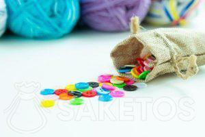 5. Les boutons colorés dans le sachet en jute