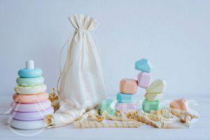 2. Les aides à la Montessori dans un sachet éco en lin
