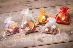 L'idée pour un cadeau de Noël- sachets d'organza avec des éléments séchés et parfumés