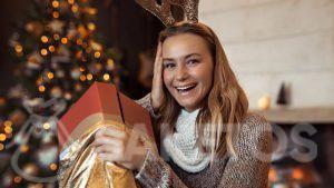 Le sachet doré élégant comme emballage de cadeau de Noël