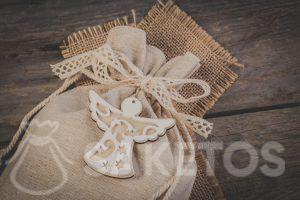 Le sac en lin avec un nœud décoratif en ruban avec un pendentif décoratif