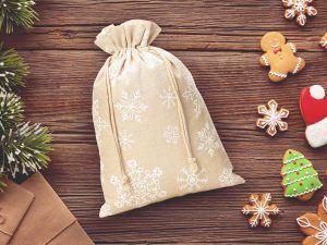 Le sachet en lin pour Noël avec l'impression des flocons de neige
