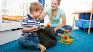 1.Le garçon sort les briques d'un sachet en tissu