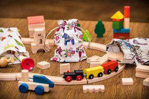 6.Les briques en bois et les voies ferrées dans les sachets en lin