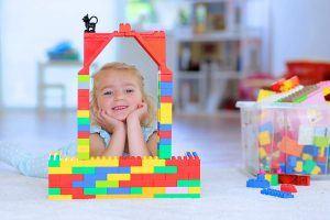 5.La fillete joue aux briques