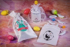 Les cadeaux d'affaires et les gadgets publicitaires dans les sachets en tissu avec le logo de l'entreprise