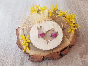 Les boucles d'oreilles emballées dans le sachets en organza doré