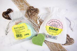 Un sac avec un logo comme emballage pour les savons artisanaux