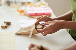Le savon naturel dans le sachet en tissu